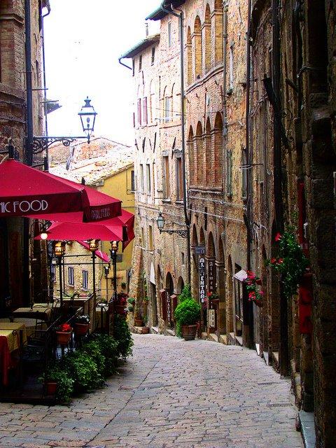 Rua Cobblestone , Volterra, Toscana